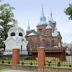 Orthodoxe Kirche St. Sergius von Radonesch; fertig gestellt 1877, lettischer Architekt  Janis Fridrihs Baumanis - gebaut aus Felsblöcken und Backsteinen; lks. die Kapelle der Familie Mengden, erbaut 1906.