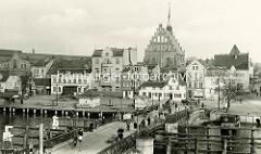 Historische Fotografie von Elbląg / Elbing, Brücke über den Fluss - Wohnhäuser am Hafenrand;  Kirche zur Heiligen Jungfrau Maria.