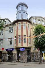 Geschäftsgebäude mit Eckturm und aus Feldsteinen gemauerten Sockel - Raunas iela / Cēsis.