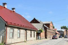 Wohngebäude mit Holzfassade und Metalldach - Ziegelscheune und Backsteingebäude, Jūras iela in Limbaži / Lemsal.