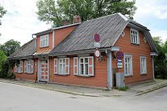 Holzarchitektur in Valmiera, Lettland - historische Holzbauweise mit Krüppelwalmdach - Wellplatten.
