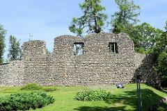 Burg des Livländischen Ritterordens aus dem 13. Jahrhundert in Valmiera, Lettland. Die Anlage wurde im Nordischen Krieg 1702 zerstört und ist nur als Ruine erhalten.