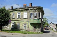 Leerstehendes Wohnhaus / Eckgebäude; traditionelle Holzarchitektur in Limbaži / Lemsal.
