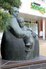 Skulptur Mutter und Kind vor dem Eingang der Gemeindeverwaltung Seevetal in Hittfeld; Bildhauer Martin Irwahn, 1979.