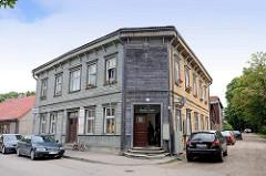 Traditionelles Holzarchitektur - Holzfassade; Eckgebäude an der Mūru iela in Limbaži / Lemsal.
