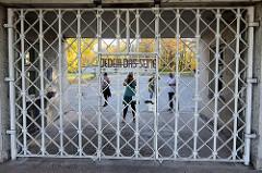 Eingang mit Inschrift - Jedem das Seine - KZ Gedenkstätte Buchenwald / Weimar.