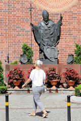 Denkmal zu Ehren des Papstes Johannes Paul II. – Karol Józef Wojtyła – an der Nikolaikirche zu Elbląg / Elbing.