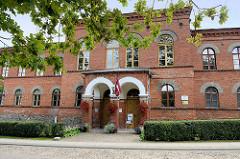 Backsteingebäude / Verwaltungsgebäude in Ziegelarchitektur - Impressionen de Architektur von Kuldīga, Lettland.