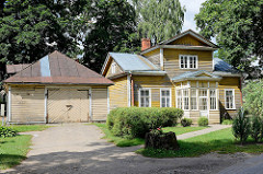Holzgebäude mit verglastem Eingang - große Holzgarage; Architektur von Kuldīga / Lettland.