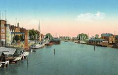 Altes coloriertes Bild vom Hafen in Elbląg / Elbing; Wohnhäuser und Speichergebäude am Flussufer.