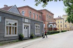Häuser in Holzbauweise - Backsteingebäude in der Kalna iela von Kuldīga, Lettland.