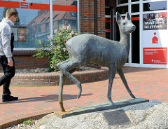 Bronze Skulptur Reh - Sparkasse von Hittfeld; Bildhauer, Künstler Martin Irwahn - 1970.
