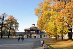 Eingangsgebäude von der Gedenkstätte KZ Buchenwald - Herbstbäume in der Sonne.