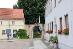 Vorplatz der Klosterkirche Marienstern in Mühlberg, Elbe.