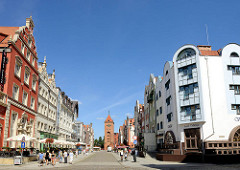 Blick durch die Straße Alten Markt / Stary Rynek zum Markttor von Elbląg / Elbing - gotischer Ursprungsbau von 1314 - Festungsanlage der Stadt.