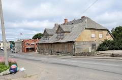 Altstadt Innenstadt von Limbaži / Lemsal; verlassenes Wohnhaus mit zugenagelten Fenstern.