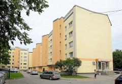 Moderne Architektur - Wohngebäude in Valmiera, Lettland; kleiner Wäscheladen im Erdgeschoss.