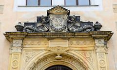 Eingangsportal Schloss Strehla aus dem 15 / 16. Jahrhundert - das älteste Gebäudeteil ist von 1335. Das Schloss bildet ein geschlossenes Geviert mit Architekturformen der Spätgotik und Renaissance, der elbseitige Flügel, erbaut um 1530 für Otto P