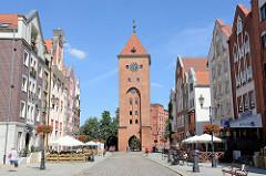 Blick durch die Straße Alten Markt / Stary Rynek zum Markttor von Elbląg / Elbing - gotische Ursprungsbau von 1314 - Festungsanlage der Stadt.
