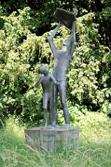 Bronzeskulptur Drachensteiger in Geesthacht - Bildhauer Karlheiz Goedtke, 1967.