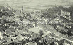 """Historische Luftansicht von Strehla - re. die Burg, lks die spätgotische Stadtkirche """"Zum heiligen Leichnam""""; in der Bildmitte der Marktplatz der Stadt."""