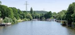 Hafen von Geesthacht - Sportboote, Barkassen und Hausboote am Anleger.