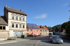Wohnhäuser an der  Friedensallee in Mansfeld. Leerstehender Wohnblock - restauriertes Wohnhaus mit Sonnenkollektoren.
