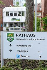 Haupteingang vom Rathaus in Hittfeld, Gemeideverwaltung Seevetal.