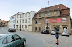 Vielbefahrene Hauptstraße / Torgauer Straße in Strehla - Bundesstraße 182; leerstehendes Wohnhaus mit Transparent: Achtung Gefährlicher Schulweg - fehlende Ortsumgehung.