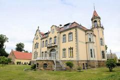 """Villa des ehemaligen Rittergutes """"Güldenstern"""", erbaut 1900 - Wohngebäude / Verwaltungsgebäude. Architektur mit Jugendstilelementen in Mühlberg / Elbe."""