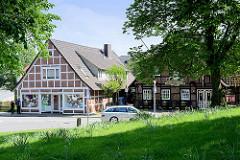 Fachwerkhäuser mit Geschäft / Restaurant in der Kirchstraße von Hittfeld / Seevetal.