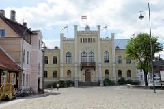 Rathausplatz und historisches Rathaus von Kuldīga / Lettland; erbaut im 17. Jahrhundert.
