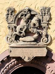 Eingang vom historischen Gebäude der im 15. Jahrhundert errichteten Stadtschule / Rektorat. Wappen - Relief von St. Georg über der Eingangstür.