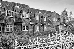 Modernes Reihenhaus - Eisenzaun; Architektur in Hittfeld, Seevetal.
