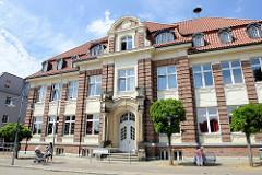 Gebäude der Buntenskampschule in Geesthacht; Anbau im klassizistischen Stil - 1910.