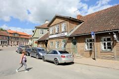 Historische Innenstadt von Kuldīga, alte Holzhäuser - parkende Autos.
