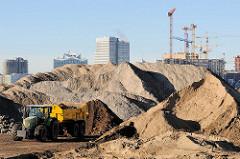 Schuttberge an der Baustelle Baakenwerder Straße / Versmannstraße in der Hamburger Hafencity / Baakenhafen.
