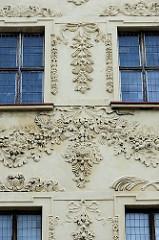 Reich verzierte Barockfassade - florale Stuckbänder; historische Architektur in Toruń.