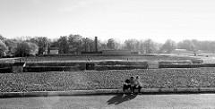 Blick über das Areal vom ehem. KZ Buchenwald - jetzt Gedenkstätte; lks. im Hintergrund das Krematorium - re. das Eingangsgebäude.