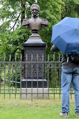 Bronzedenkmal im Schlosspark von Cesis.