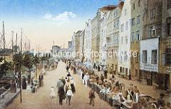 Historische farbige Ansicht aus Elbląg / Elbing; Markttag, Fischmarkt an der Hafenpromenade - geschlossene Häuserfront mit Geschäften, re. die Masten von Fisch-Ewern.