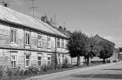 Traditionelle Wohnhäuser / Holzarchitektur - Holzfassade an der Jūras iela in Limbaži / Lemsal.