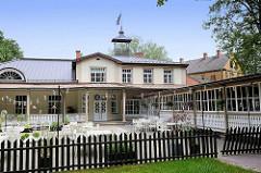 Historische Architektur - Konzerthaus / Konzertsaal in Valmiera; Holzveranda, Eisenturm  - Aussengastronomie; erbaut 1914 - zwischenzeitliche Nutzung als Lazarett.