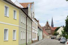 Blick durch die Klosterstraße zur Klosterkirche Marienstern in Mühlberg / Elbe. Das Zisterzienserinnenkloster wurde 1228 gegründet; die einschiffige Klosterkirche ist ein gotischer Backsteinbau mit romanischen Elementen.