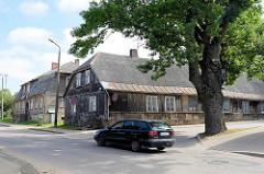 Langgestrecktes Wohngebäude mit Feldsteinsockel und Holzfassade - traditionelle Architektur in Limbaži / Lemsal.