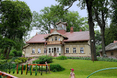 Villa im Park - Holzgebäude mit Dachturm, Giebel mit Balkon - typische historische Architektur von Cēsis / Lettland.