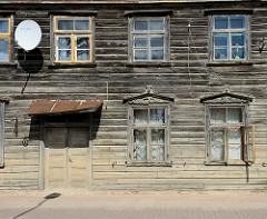 Wohnhaus in Holzbauweise - Holzbretter als Hausfassade - Holzfenster mit Ziergiebel; Architektur in Kuldīga / Lettland.