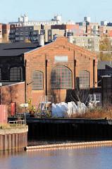 Historische Industrieachitektur am Ufer der Bille in Hamburg Horn; im Hintergrund Wohnhäuser / Wohnblocks bei der Horner Landstraße.