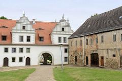 Innenhof Burg Strehla aus dem 15 / 16. Jahrhundert - das älteste Gebäudeteil ist von 1335. Das Schloss bildet ein geschlossenes Geviert mit Architekturformen der Spätgotik und Renaissance, der elbseitige Flügel, erbaut um 1530 für Otto Pflugk, be