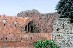 Burgruine der 1260 erbauten Ordensburg in Thorn / Toruń - zerstört 1454; Nutzung bis 1966 als Mülldeponie. Jetzt touristische Sehenswürdigkeit der Stadt, deren historische Altstadt zum  UNESCO zum Weltkulturerbe erklärt wurde.